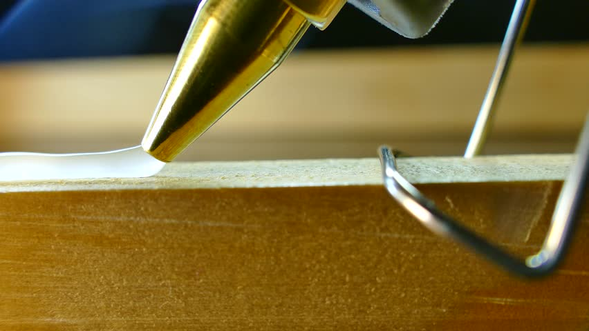 The glue gun glues the surface. Hot glue is glued to wooden and plastic products.