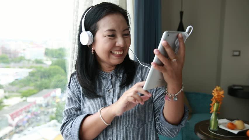 nude-asian-riff-listen-girl