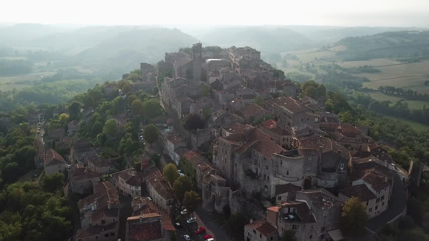 Cordes sur ciel Bastide construite en 1222 par le comte Raymond VII de Toulouse, haut lieu du catharisme, cette cité médiévale adapte ses rues tortueuses et ses maisons séculaires à un relief escarpé