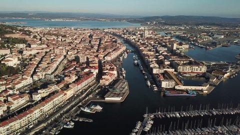 Sète est une importante ville portuaire du sud-est de la France, située en Occitanie. Elle est bordée par l'étang de Thau, un lagon d'eau salée qui abrite diverses espèces animales.