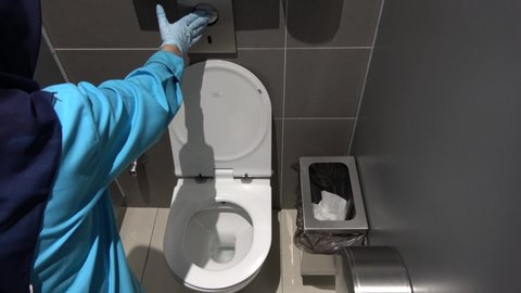 Strange Istanbul Airport Turkey 18Th Of June 2019 4K Cleaning Lady Presses Flush Button In The Toilet Uwap Interior Chair Design Uwaporg