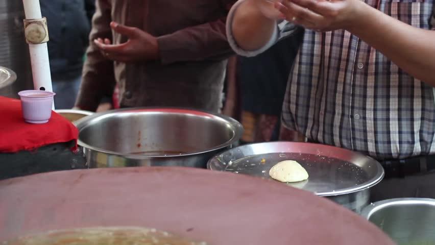 man making aloo pakora on street of Delhi