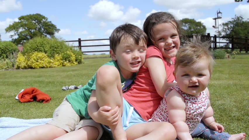 vídeo stock de siblings hugging and having fun 100 livre de