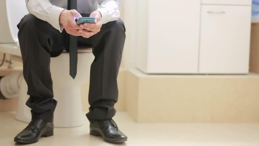 Hombre en China pierde recto por 30 minutos en el baño