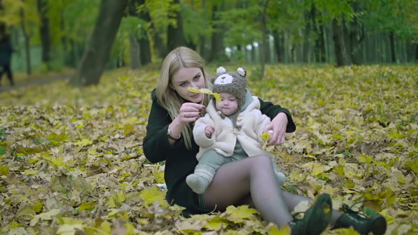 f8b83640470f hd00 12Mother and daughter play in autumn park. Parent and baby ...