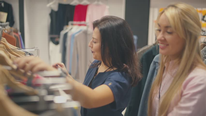 shopping friends trying on clothes зурган илэрцүүд