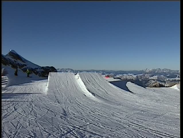 A skier jumping a freestyletrick in a funpark