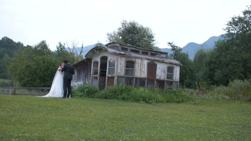 4k0009Bride And Groom Romantic Scene Next To A House At Countryside