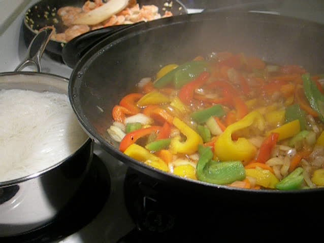 Cooking shrimp, noodles and vegeatable in a wok