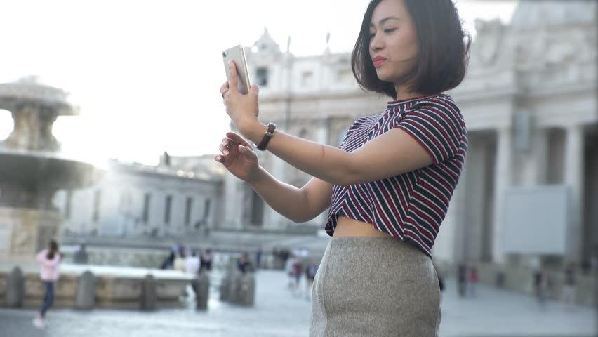Resultado de imagen de IMAGES OF CHINESE TOURIST TALKING WITH MOBILE PHONE