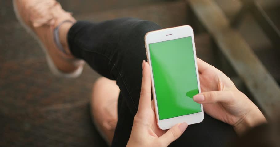 Girl Using Phone Green Screen Vidéos de stock (100 % libres de droit)  27540550 | Shutterstock