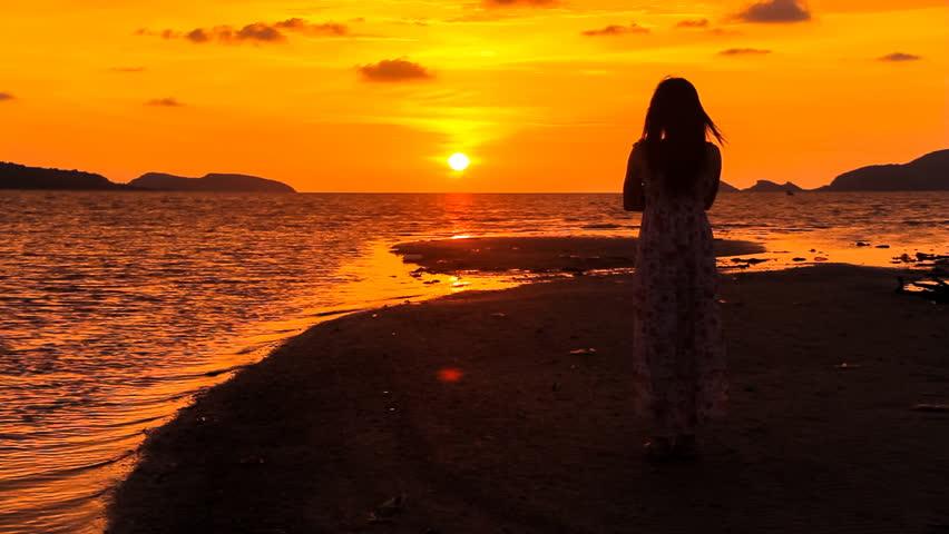 Alone girl/Alone girl watching sunset at sea