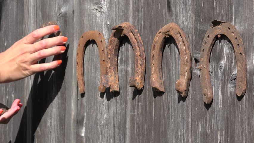 4k0014female Hand Hang Rustic Vintage Horseshoe In Row On Wooden