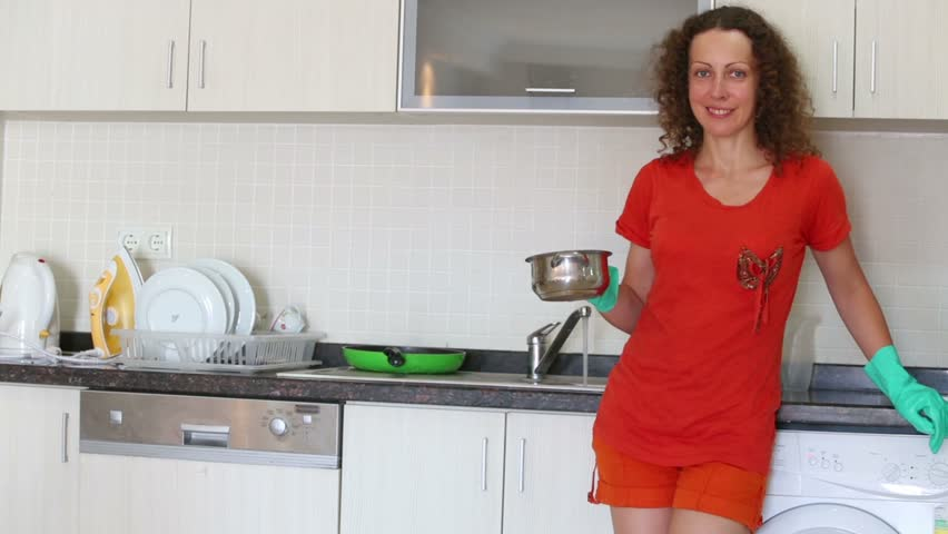Mature housewife Sarah Bricks cooking something hot in kitchen № 259264 загрузить