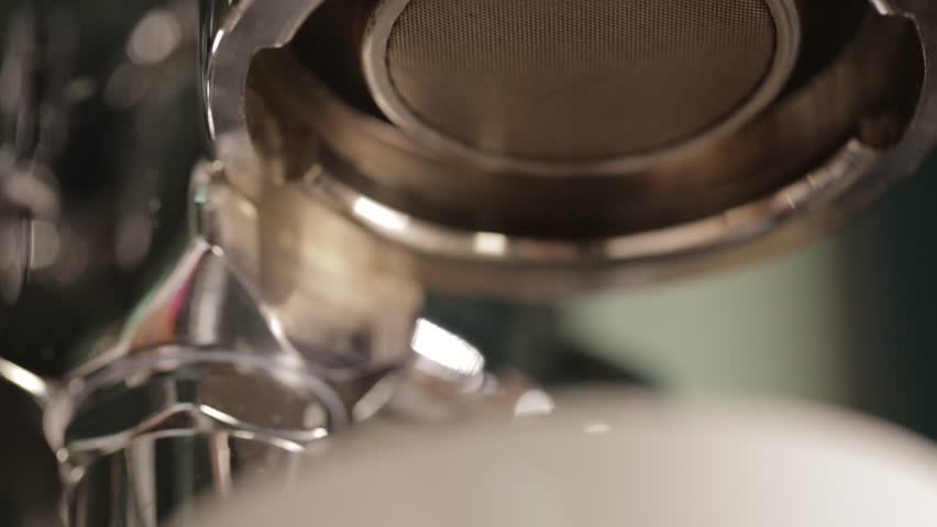 coffee extraction with bottomless portafilter, professional espresso machine