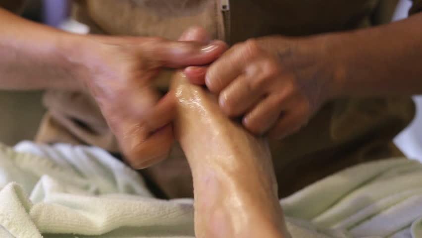 Девушка делает массаж члена рукой это