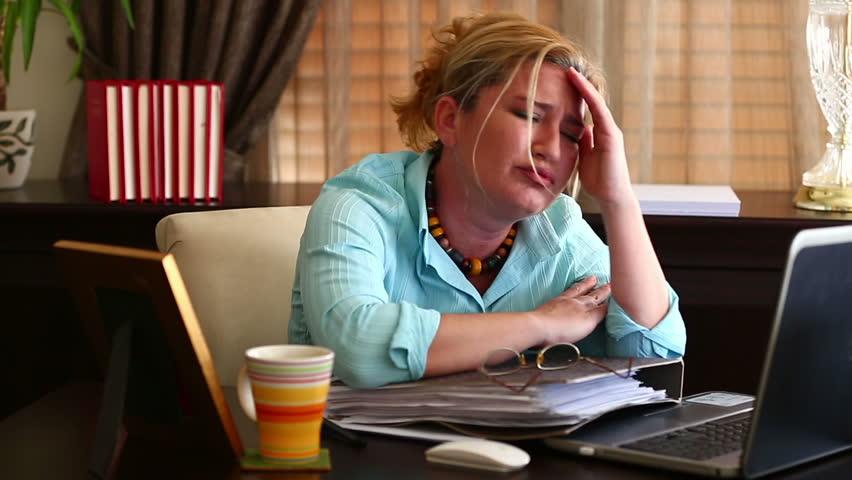 Шикарная блондинка в офисе видео